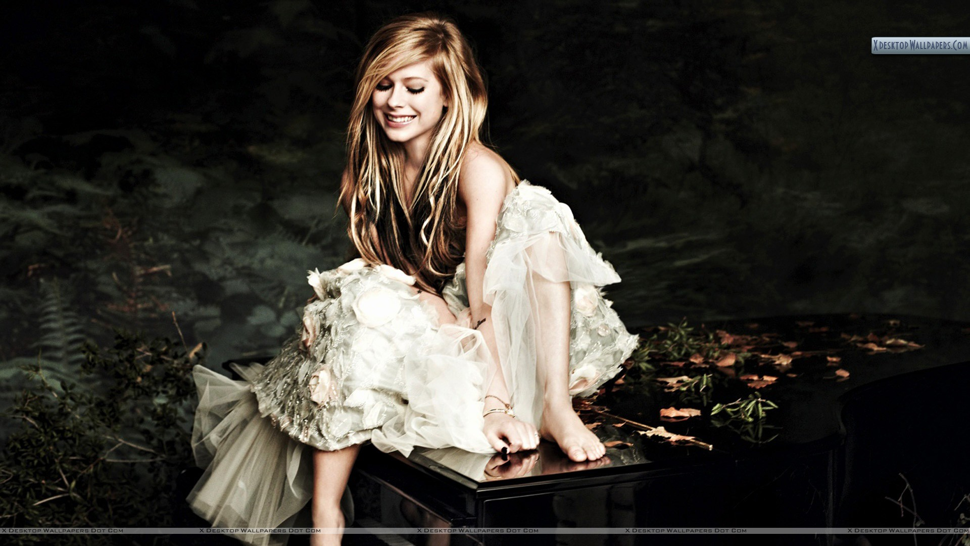 Avril Lavigne Smiling Sitting On Piano Side Wallpaper