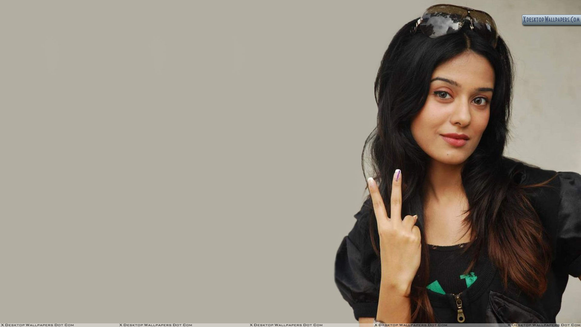 amrita rao smiling in black dress wallpaper