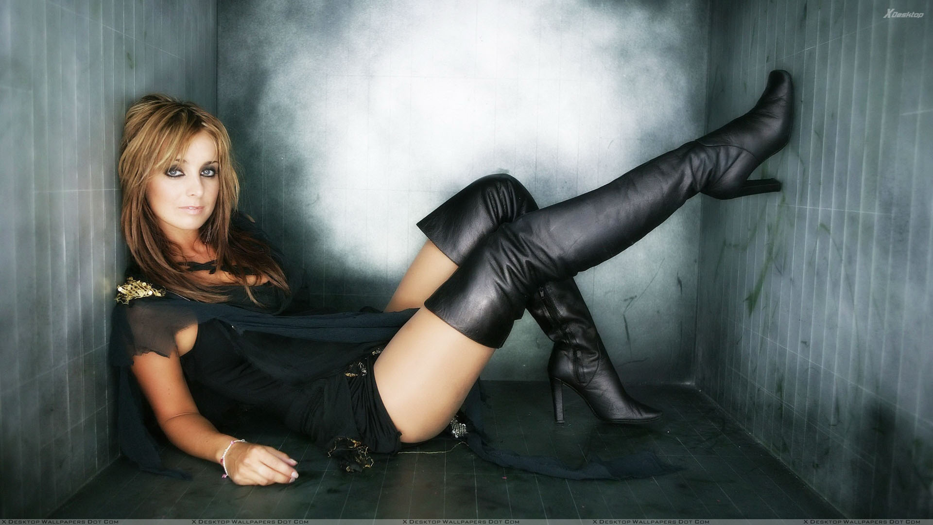 85a3ec914e8f Louise Redknapp Looking Front In Black Dress Sitting Pose Wallpaper