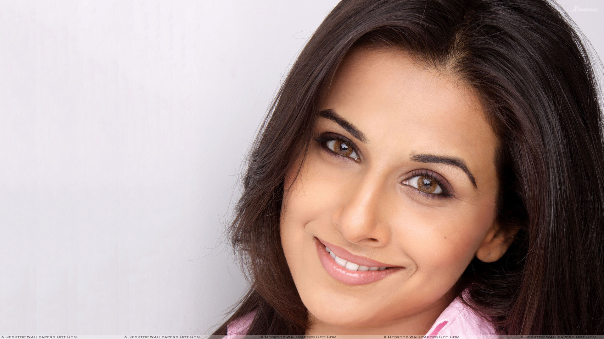 vidya balan smiling cute brown eyes face closeup wallpaper