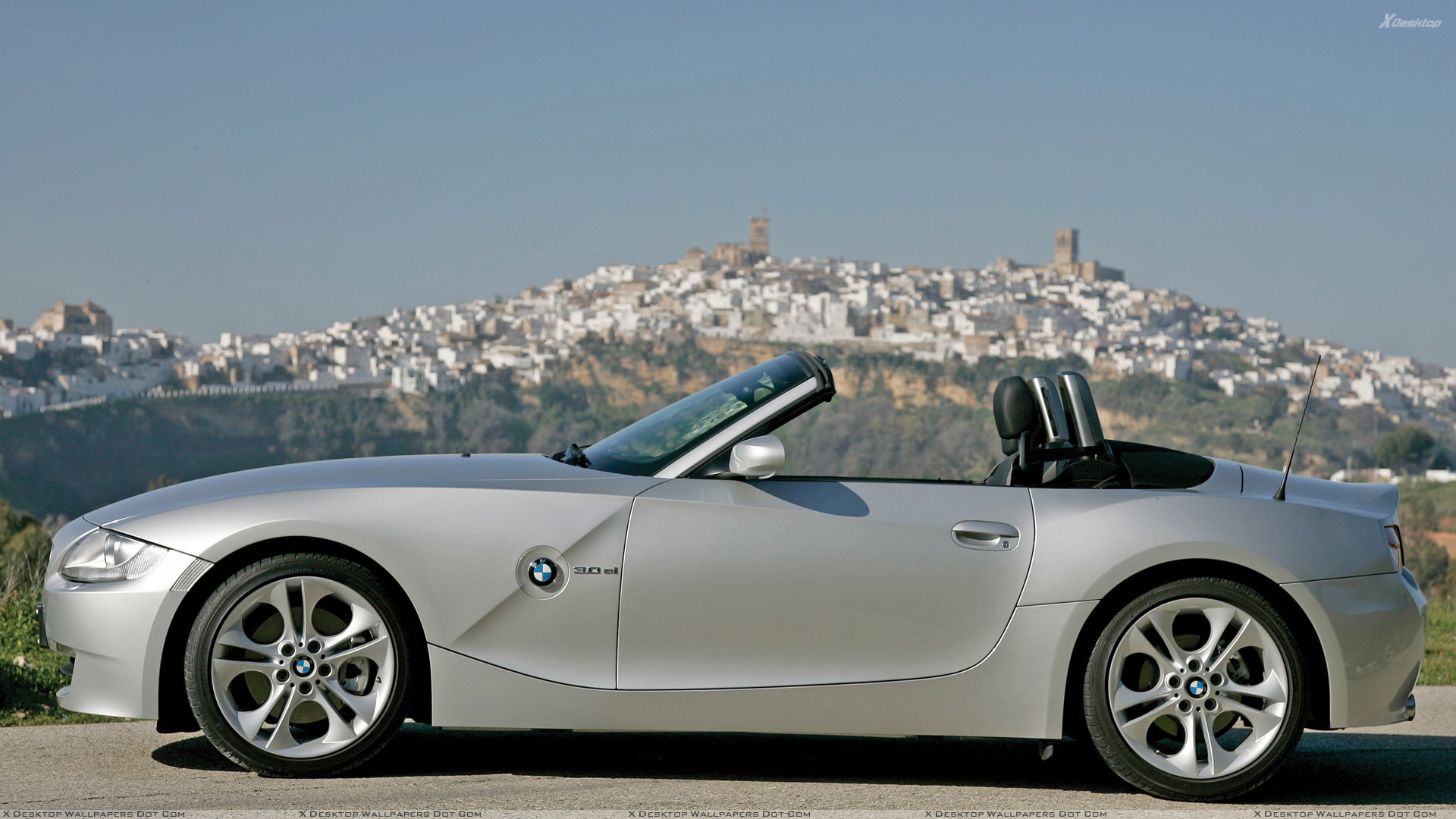 Side Pose Of 2005 Bmw Z4 Roadster In Silver Wallpaper