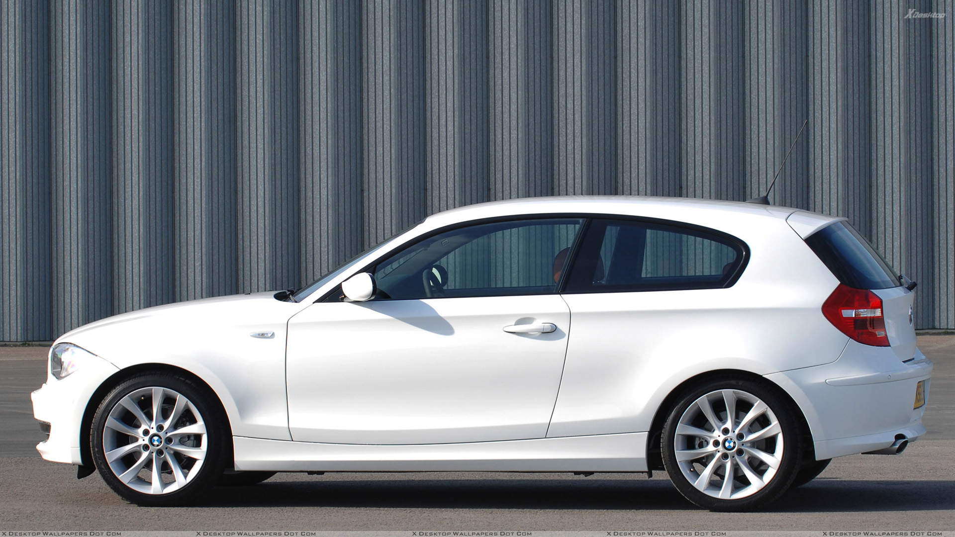 Side pose of bmw 1 series 3 door in white wallpaper for 135i 3 door