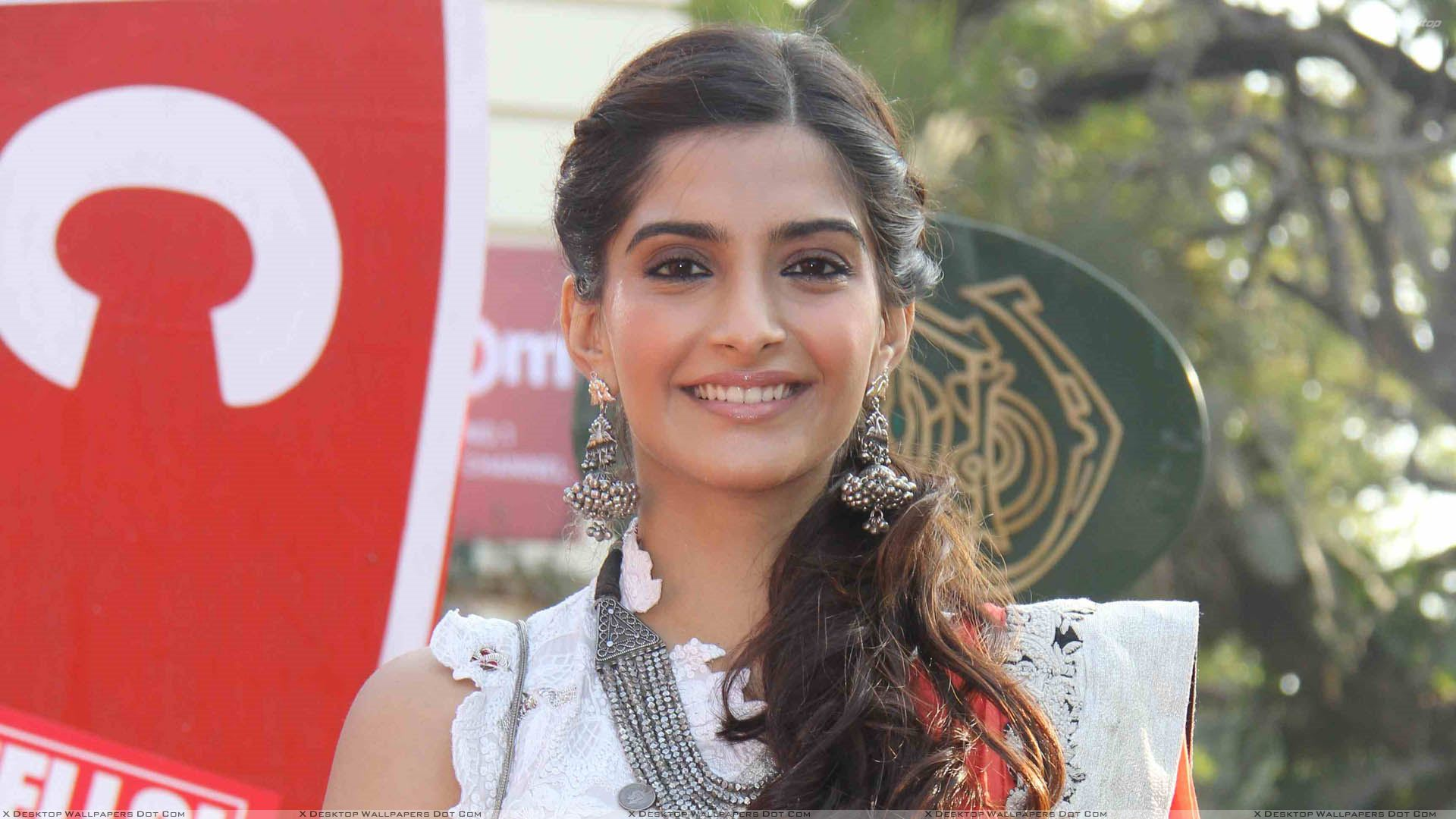 sonam kapoor smiling n wet lips at hello classic race wallpaper