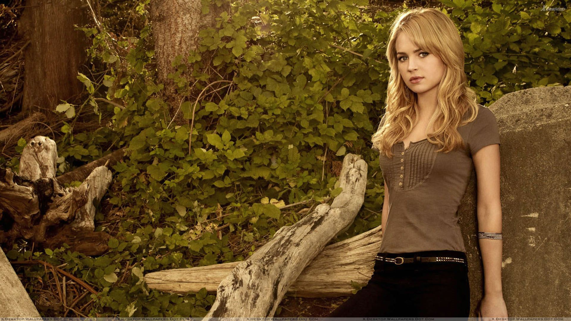britt robertson in top n jeans sad pose wallpaper