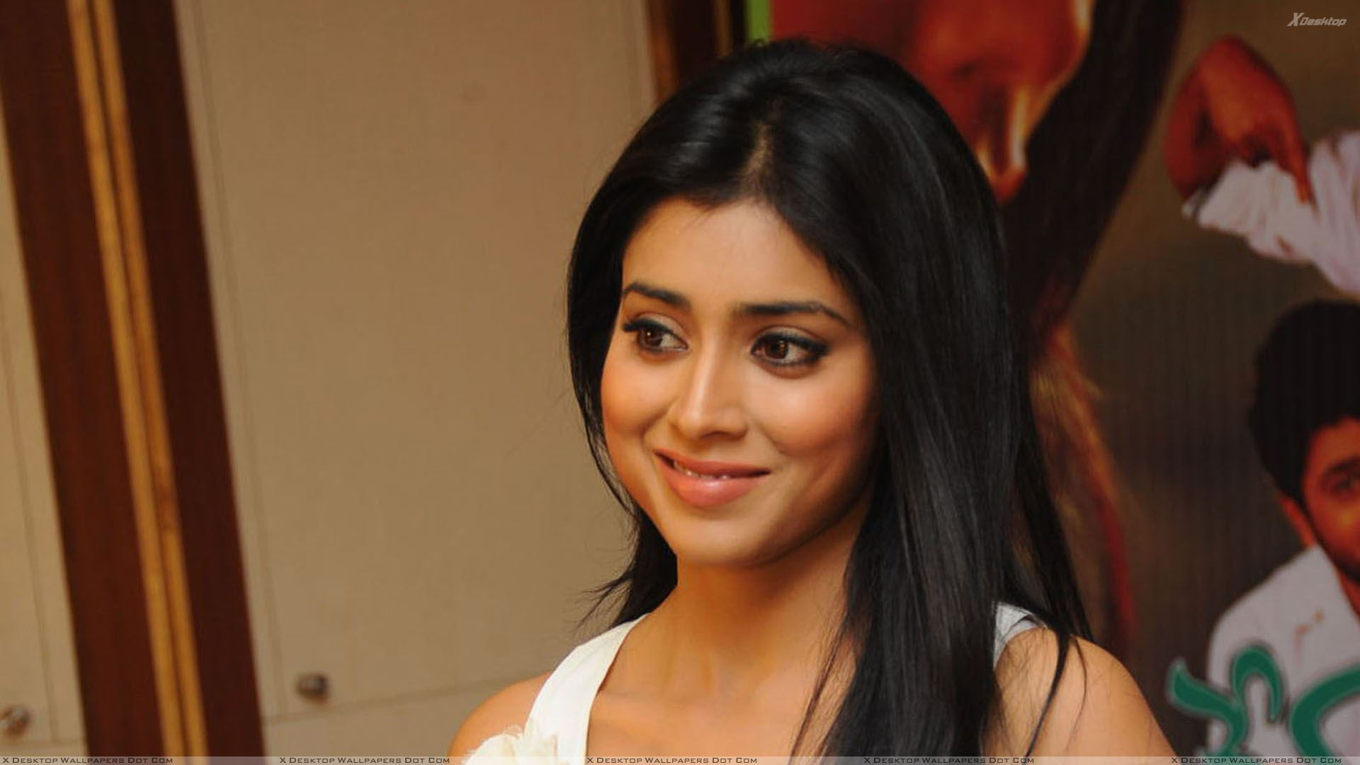 shriya saran smiling at nuvva nena press meet wallpaper